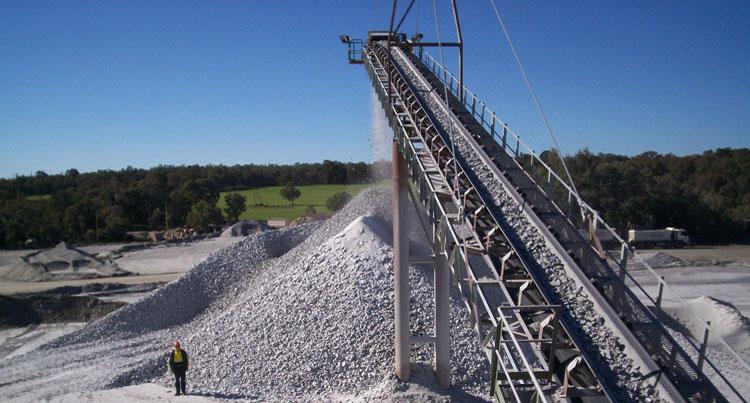 青石制砂生产线针片状骨料含量、含水率高,成品料质量不佳?怎么提高机制砂质量?